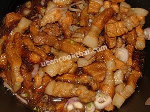 Preparation for sweet pork: Stir well, remove from heat, put in a small bowl, and serve with shrimp paste fried rice