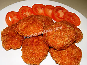 Put the fried prawn cakes on a plate and serve with thinly sliced tomatoes and plum sauce