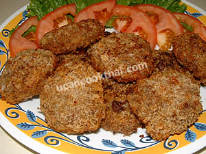 Put the fried ground pork in a plate, serve with thinly sliced tomatoes and green lettuce leaves