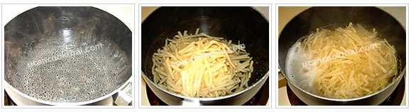 Preparation for chicken red curry: Boil water, add shredded bamboo shoots, and let it boil for 15 minutes