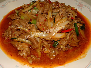 Place spicy stir-fried sliced pork with roasted chillie paste on a plate, and serve immediately