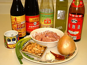 Stir-fried chicken and cashew nut ingredients: sliced chicken breast or thigh, roasted cashew nuts, onion, garlic, green onion, sauce, Chinese cooking wine, and sugar
