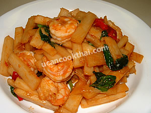 Place spicy stir-fried prawn and heart of palm on a plate and serve immediately