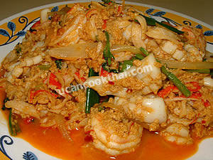 Place stir-fried seafood with curry powder on a plate, and serve immediately