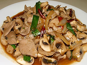Place stir-fried pork with oyster sauce on a plate and serve immediately