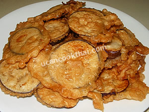 Place fried eggplant with egg on a plate and serve with spicy shrimp paste dip