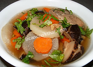 Put lobok and pork rib soup in a bowl, sprinkle with sliced cilantro and green onion, then serve immediately